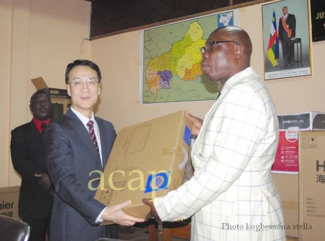 L'Ambassadeur Mah Fuling et le Ministre Félix Moloua