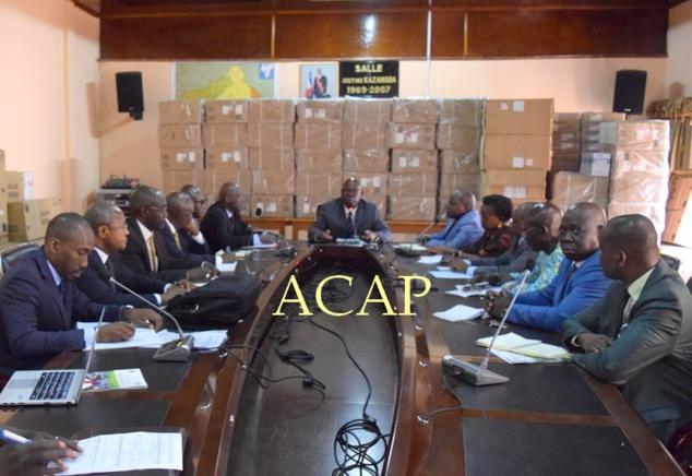 Le Ministre Moloua au centre, ses collaborateurs du cabinet à droite et les délégués de la BAD à gauche
