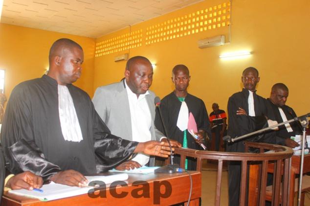 Alain Bria, frère du défunt magistrat (costume gris) devant la cour en compagnie des avocats de la partie civile