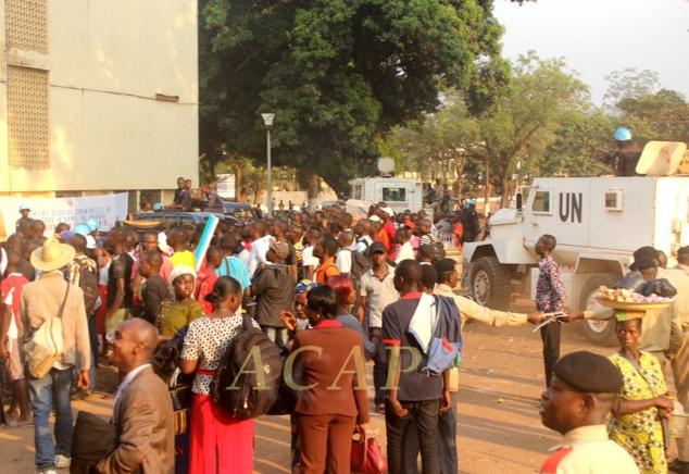 Curieux devant la salle d'audience de la Cour de cassation, jeudi 11 janvier à Bangui