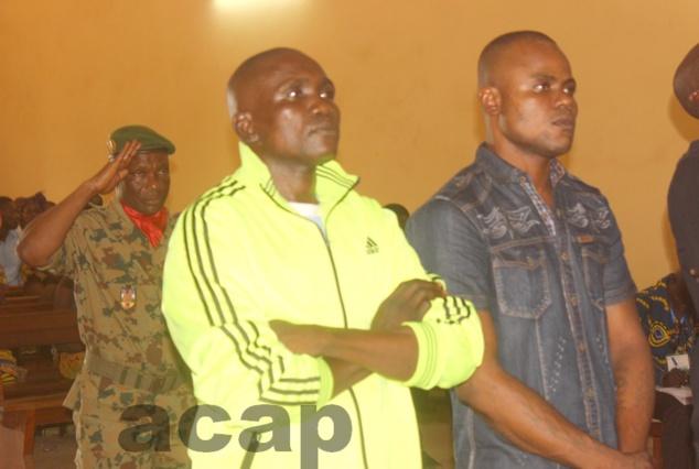 Les deux condamnés suivant l'énoncé du verdict