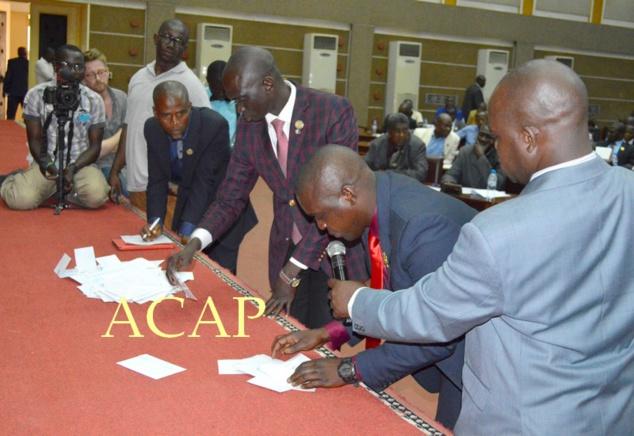 Les plus jeunes députés décomptent les voix obtenues lors du vote consacré au renouvellement du bureau de l'assemblée nationale