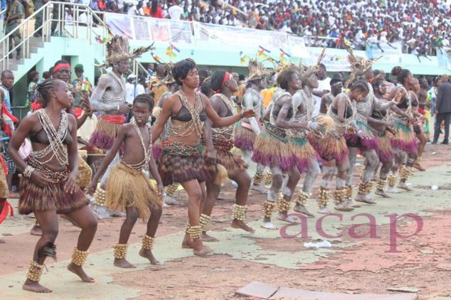 Groupe de danse traditionnelle sur la piste du complexe sportif Barthélemy Boganda (archives ACAP)
