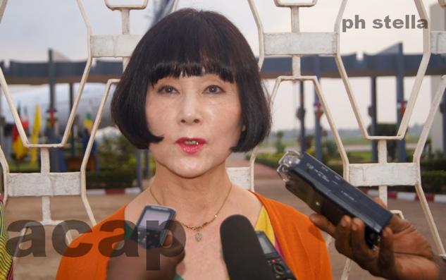 Kuniko Nonaka répondant à la presse, à son arrivée, le 12 juin 2018 à l'aéroport de Bangui M'poko