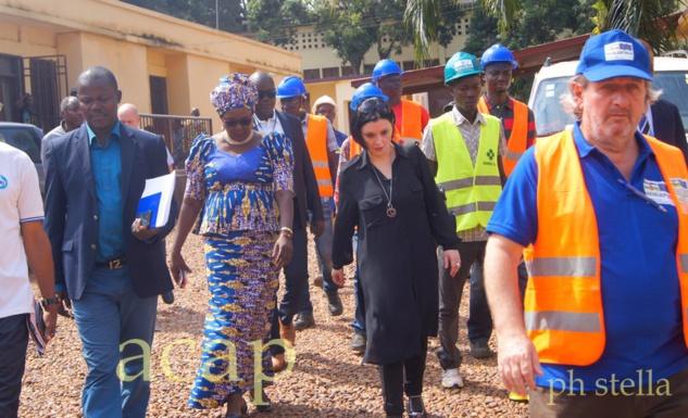 Samuela Isopi (centre), lors de sa visite sur un des chantiers