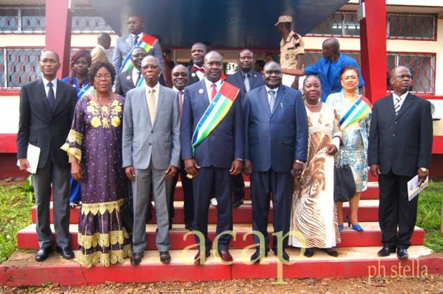 Photo de famille avec le président du Conseil économique et social, Alfred Taïnga Poloko (centre)
