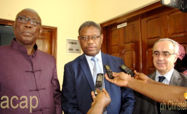 Le ministre Félix Moloua (g) en companie de Norbert Toé (milieu) et Olivier Benon