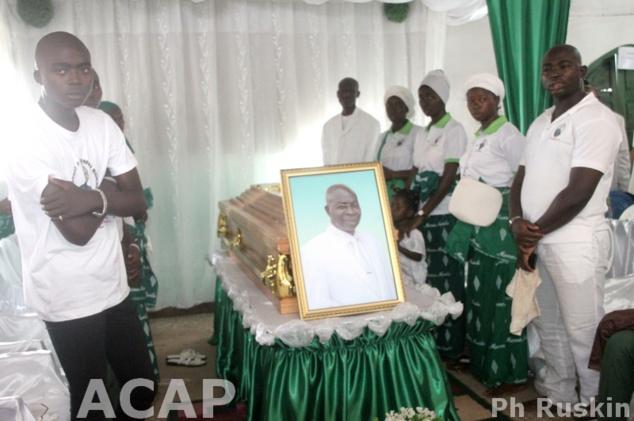 Le cercueil du défunt pasteur Ayoumbi Bokali entouré par les fidèles