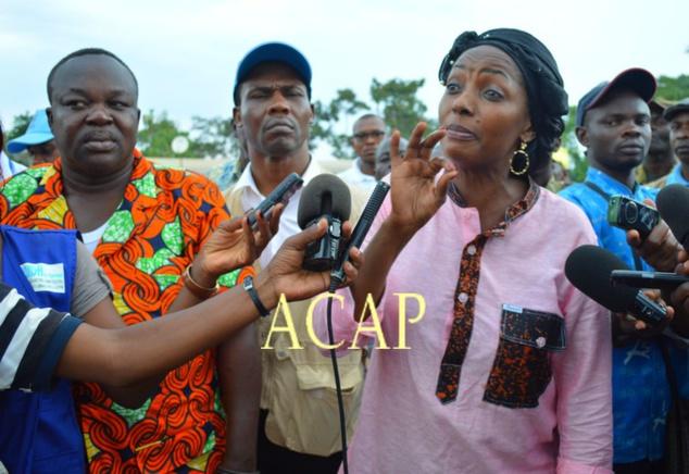 La ministre Virginie Mbaïkoua s'adressant aux manifestants