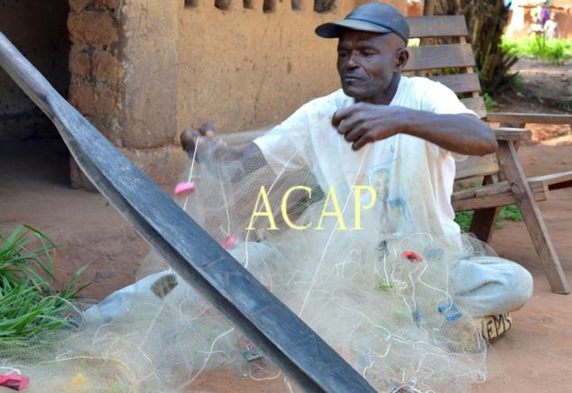 Maurice Douwo Mognako, un des rapatriés volontaires de Mongoumba réparant ses filets de pêche