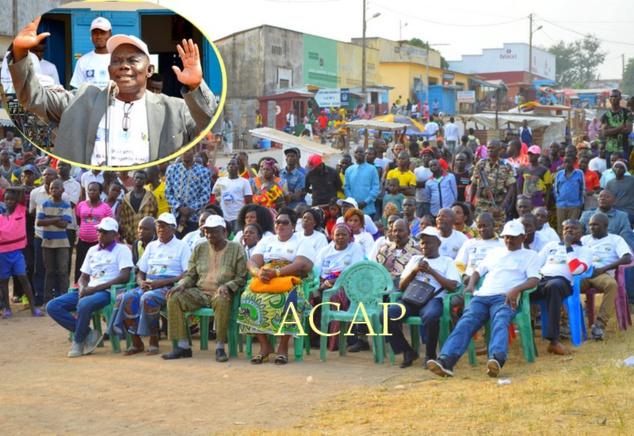 Vue des autorités locales, avec à leur tête, le Préfet de la Nana Mambéré (en lunettes noires), en médaillon, M. Abel Déholo