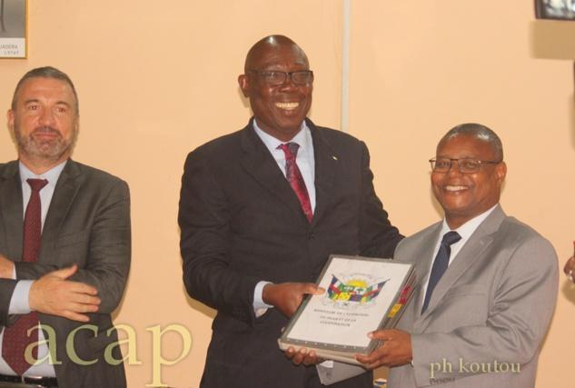 Christophe Carret en compagnie des ministres Félix Moloua et Pierre Somsé, après la signature de la convention
