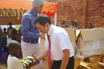 Remise de kits scolaires aux élèves de l'école Cité de l'Elevage de Landja