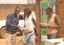 Des jeunes leaders des clubs et associations de Bangui et Bimbo reçoivent des kits de maraîchage pour promouvoir la paix