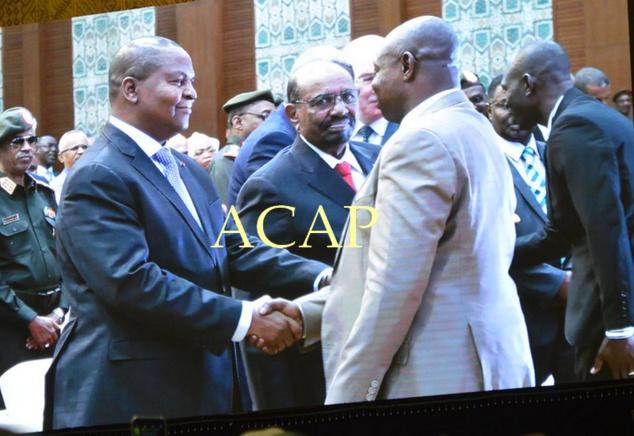 Poignée de main entre le président Faustin Archange Touadéra (g) et Martin Koumta Madji, dit Abdoulaye Miskine, chef du Front pour la démocratie en Centrafrique (FDPC)