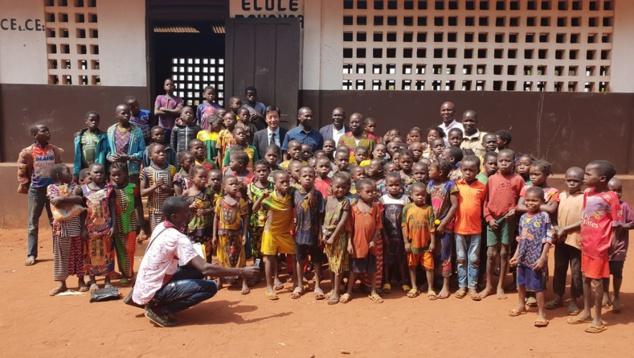 Photo de famille regroupant les officiels et les élèves de l'école de Yoro