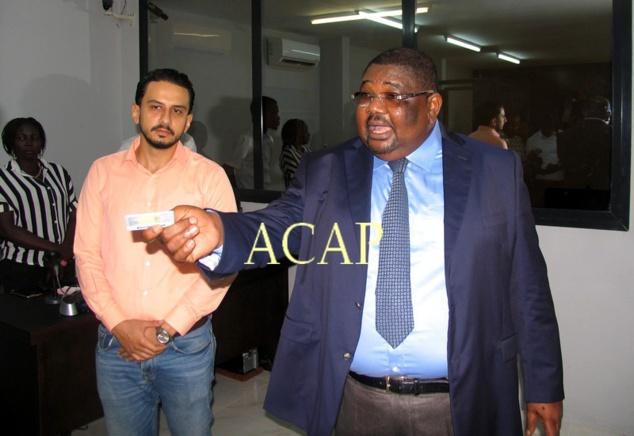 Le ministre des Transports, Théodore Jousso présentant un spécimen du nouveau permis de conduire, le 28 août 2018 à Bangui