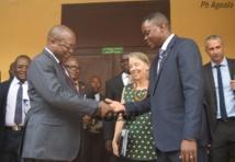 Le directeur Ciowela remet la clé du minibus au ministre Flavien M'Bata