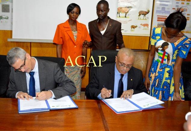 Scène de la signature de l'accord