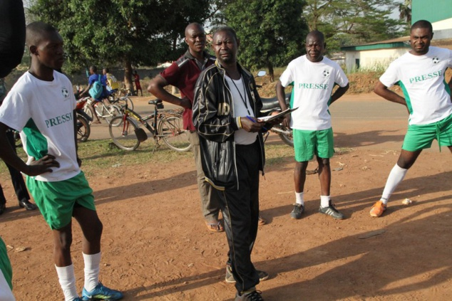 Le coach,Marc Esaïe Pendérendji et les joueurs d'Info Sport avant la rencontre As Kangba