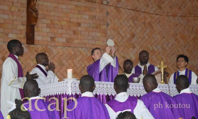 le Père Natale Albino célébrant la messe d'ouverture des Journées archidiocèses des jeunes (JAJ)