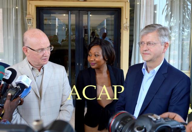 MM. Chargui et Lacroix à leur descente d'avion, au milieu, la ministre des AE
