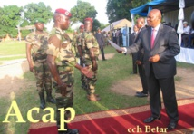 Le président F.A Touadera entrain de remettre l'attestion à un officier du BIT4