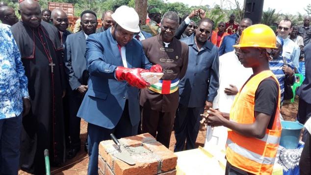 Le président Touadéra posant la première pierre du centre Saint-Joseph à Kpalongo le 6 mai 2019