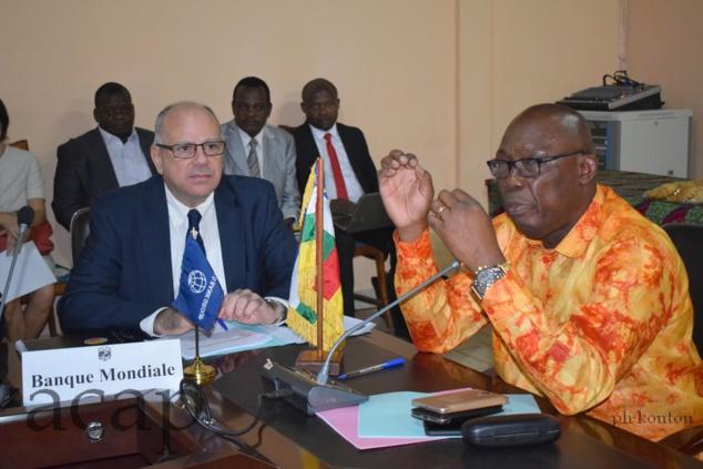 Le Représentant résident de la Banque mondiale, Robert Boujaoude, et le ministre de l'Economie, Félix Moloua, lors d'une revue à Bangui, en janvier 2019