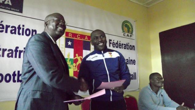 """Le nouveau coach des """"Fauves"""", Bruce Abdoulaye (d), en compagnie du président intérimaire de la fédération centrafricaine de football, Célestin Yanindji (g)"""