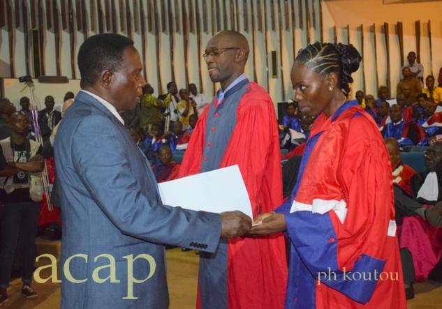 Deux jeunes médecins ressortissants de la FACSS recevant leur diplôme des mains du ministre Jean-Jacques Sanzé