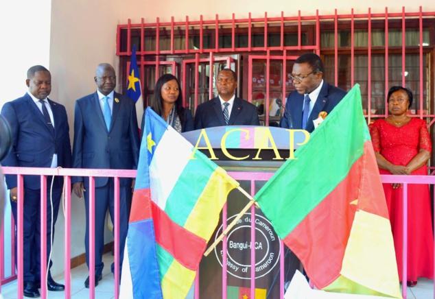 Les autorités centrafricaines, aux côtés de l'ambassadeur camerounais, Nicolas Nzoyoum, en lunette lors de son speech