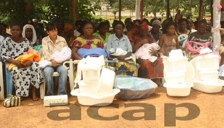 Quatorze bébés nés le 31 octobres 2011 au camp Henri Izamo ont reçu des cadeaux. Ph (Stella KOGBESSOUA)