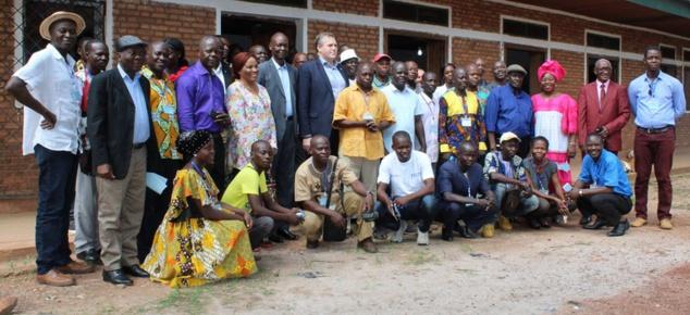 photo de famille avec Vincent Mambachaka (chapeau de paille à gauche) et l'Abbé Jean-Ignace Manengou (chemise orange, debout au milieu)