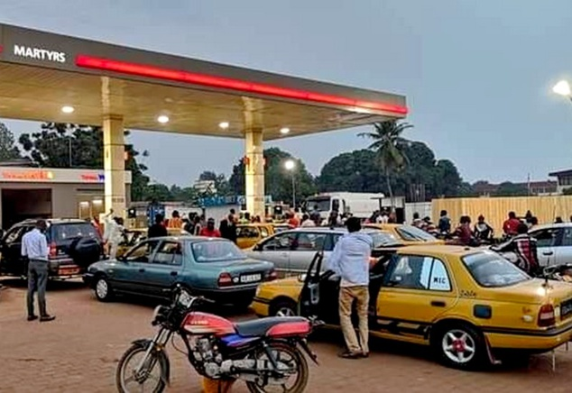 Longue file d'attentes dans une station-service de Bangui