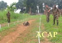 Franchissement d'un obstacle par un élément des forces spéciales, motivé par un EFG et ses camarades