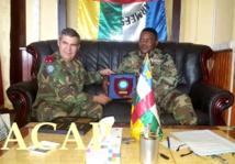 le général H. Maio en train de remettre un cadeau au général Z. Mamadou le 2 juillet 19