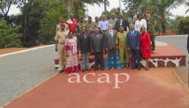 Photo de famille après la réunion avec la ministre Marie-Noëlle Koyara