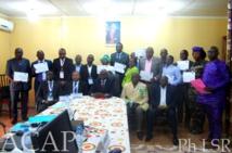 Photo de remise de certificats aux participants de lutte contre les fraudes
