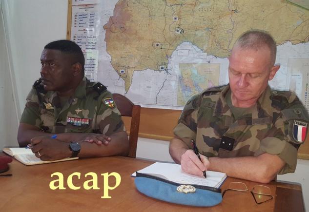 Le général Zéphirin Mamadou et le général Seigle en train de suivre une présentation au CCOP