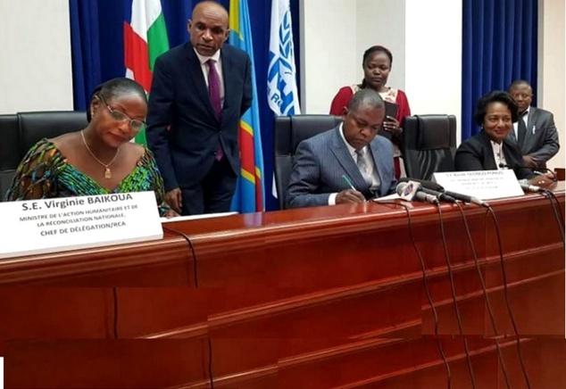 Scène de la signature de l'accord tripartite à Kinshasa par les parties