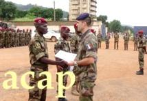 Remise d'attestation à un élément du bataillon amphibie par un officier français le 11 juillet 2019