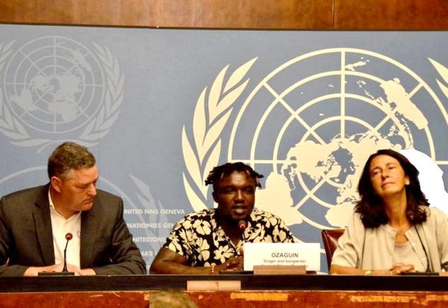 L'artiste musicien Ozagin OZ à la tribune des Nations unies à Genève en Suisse
