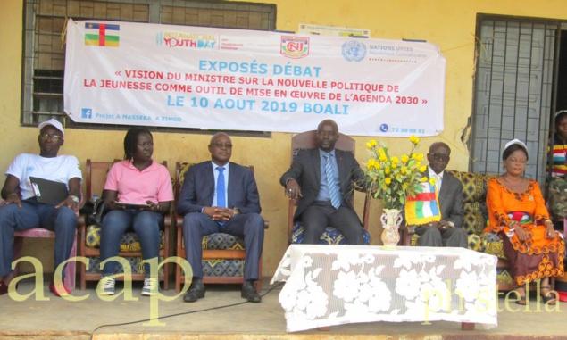 Au centre le ministre Dounda, à sa droite le représentant de l'UNFPA et à sa gauche le sous-préfet de Boali