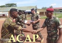 Le Commandant F. Golly Mokanda et le lieutenant colonel Rostollan, remettant l'attestation aux récipiendaires le 12 sept 2019