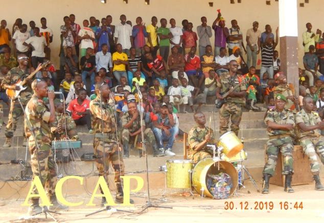 Des militaires du groupe musical commandao jazz en plein concert au stade Herman Zari de Bouar le 30 dec 19