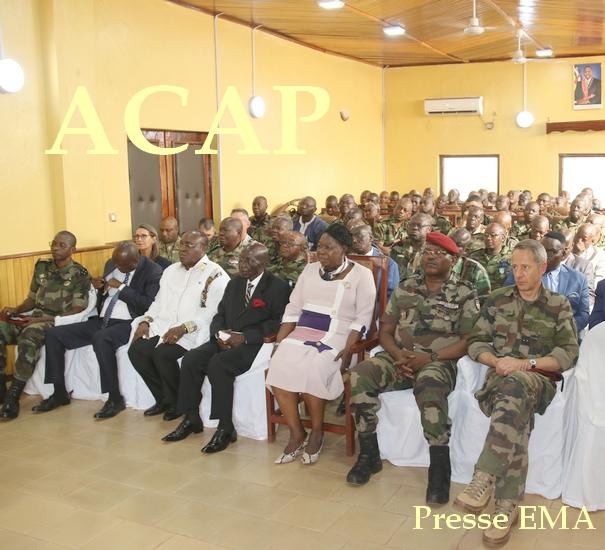 Madame KOYARA au centre,entourée de ses collaborateurs et du maire de Bangui