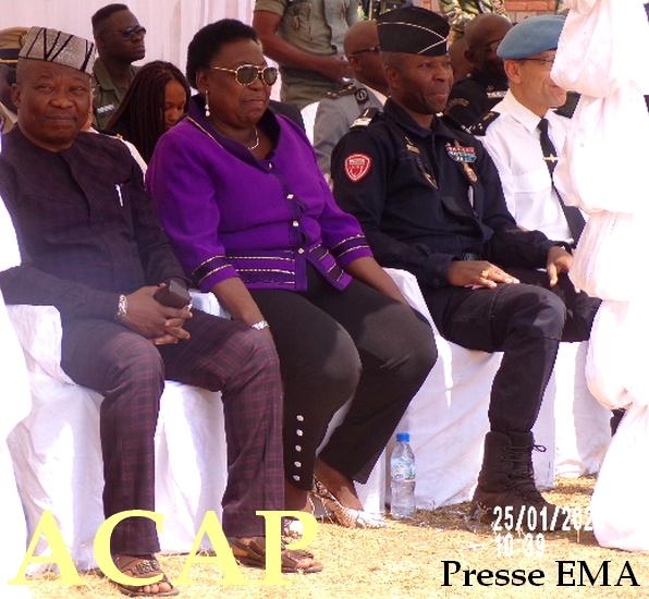 De gauche à droite, général Henry LINGUISSARA, madame M.N KOYARA ,commissaire principal de police B. ZOKOUE en pleine cérémonie de repas de corps
