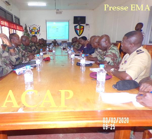 Madame M.N KOYARA en train de suivre une présentation dans la salle de conférence de l'etat-major des armées le 03 Février 20