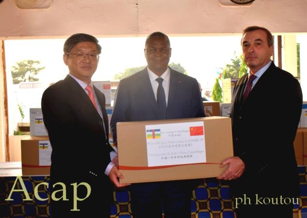 Le Président Faustin-Archange Touadéra réceptionne des kits médicaux des mains de l'Ambassadeur Chen Dong